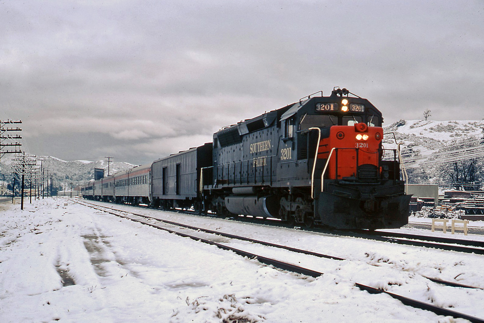 gg7001 newhall southern pacific passenger train in snow 12 19 1970. Black Bedroom Furniture Sets. Home Design Ideas